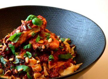 tagliatelle met kip in knoflook-tomatensaus