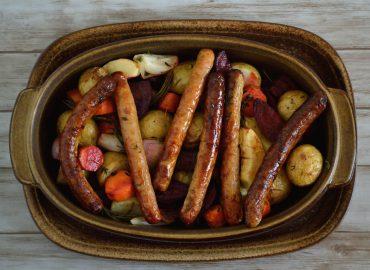 Traybake met rode bieten en chipolataworstjes