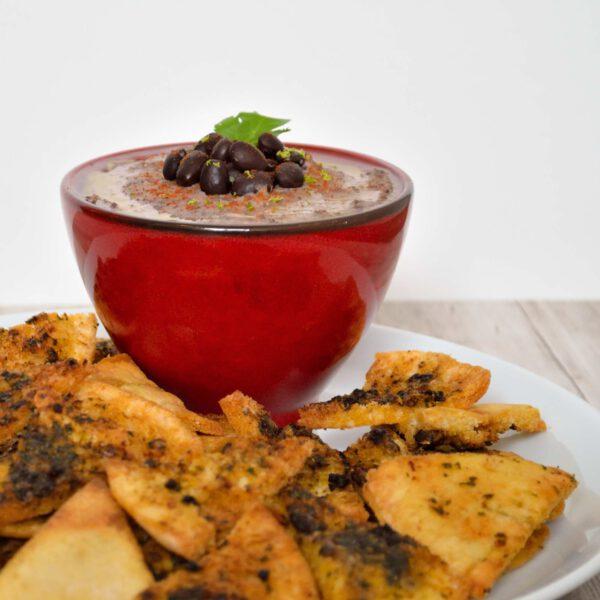 Mexicaanse hummus van zwarte bonen met kruidige pitachips